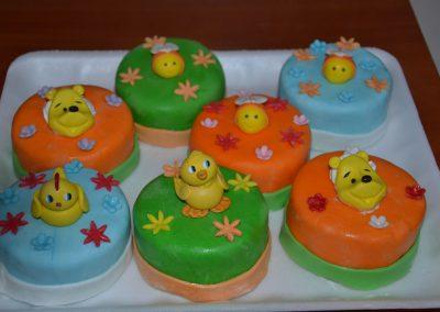 №6 Пастичка със захарно тесто и детска украса